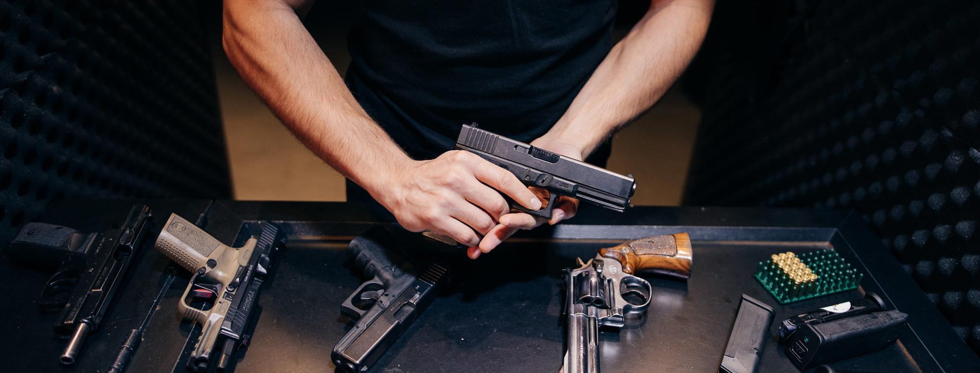 Fotoğraf - İki Kişi için Poligon'da Silahla Atış